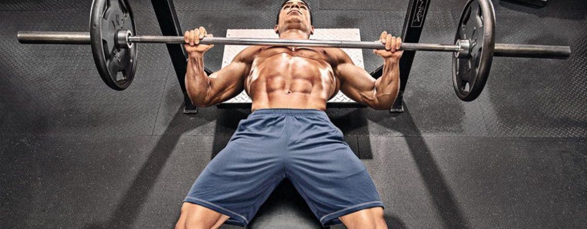 wyciskanie sztangi na klatkę piersiową siłownia